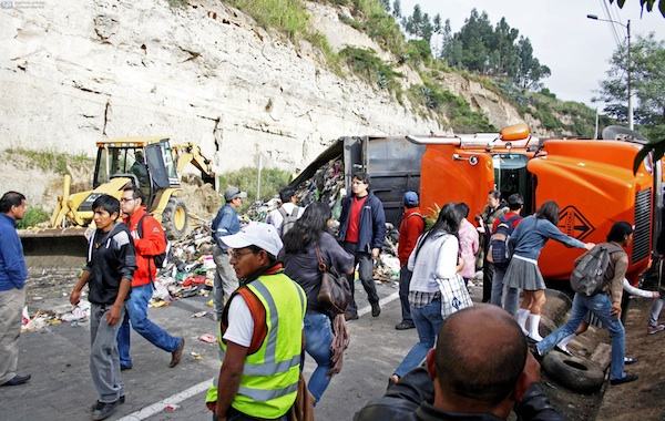 En la entrada al puente del Chiche, un trailer se volcó el 22 de mayo de 2013, interrumpiendo el paso al Aeropuerto Mariscal Sucre de Tababela. APIFOTO