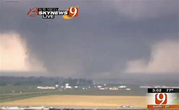 Un videograma suministrado por la estación de televisión KWTV muestra un tornado en Oklahoma City el lunes 20 de abril de 2013. Las imágenes de televisión muestran edificios completamente destruidos e incendios después que un tornadopasó por la zona de Oklahoma City. (AP Photo/Cortesía de KWTV)