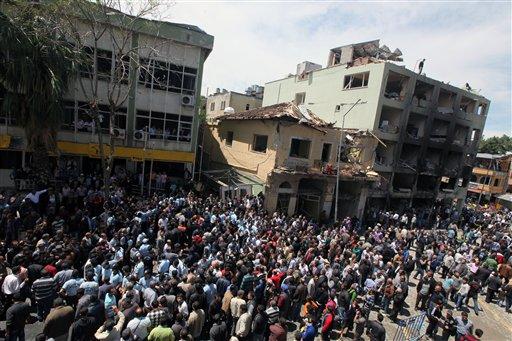 La escena de las explosiones del domingo que mataron a decenas de personas en Reyhanli, cerca de la frontera de Turquía con Siria. Lunes 13 de mayo de 2013. (Foto AP/Burhan Ozbilici)