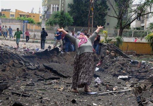 Una mujer llora en el lugar de una de las explosiones que mataron a 43 personas e hirieron a más de 100 en Reyhanli, Turquía, cerca de las frontera con Siria, el sábado 11 de mayo de 2013.(AP foto/Anadolu Agency, Cem Genco)