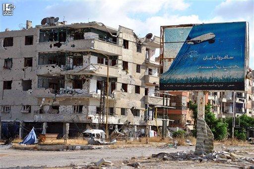 Esta imagen de periodismo ciudadano proporcionada por Lens Young Homsi, que fue corroborada por su contenido y otros informes de la AP, muestra edificios dañados por los conflictos entre combatientes rebeldes y las fuerzas del gobierno sirio en la provincia de Homs, Siria el martes 18 de junio de 2013. (Foto AP/Lens Young Homsi)