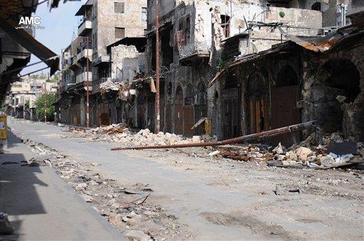 Esta imagen de periodismo ciudadano proporcionada por el Aleppo Media Center AMC, cuya autenticidad fue corroborada por medio de contenidos y otra reporteria de AP, muestra edificios dañados durante batallas ente los rebeldes y las fuerzas gubernamentales sirias, en Alepo, Siria, el jueves 13 de junio de 2013. El presidente de Estados Unidos Barack Obama autorizó el envío de armas a los rebeldes sirios por primera vez, dijeron funcionarios el jueves, después de que la Casa Blanca reveló que tiene pruebas contundentes de que el régimen del presidente sirio Bashar Assad utilizó armas químicas contra las fuerzas de oposición que buscan derrocarlo. (AP foto/Aleppo Media Center AMC)