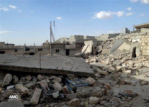 Esta imagen del martes 18 de junio de 2013 proporcionada por Aleppo Media Center AMC muestra casas destruidas por ataques aéreos y bombardeos de tropas del gobierno sirio, en el barrio de Sheik Saad, Alepo, Siria. (Foto AP/Aleppo Media Center AMC)