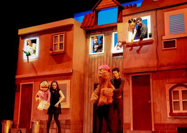 El musical retrata la vida de varios personajes, humanos y marionetas, en el que se parodian los conflictos y crisis sobre la madurez. Con un mordaz y ácido sentido del humor dan al público una lección sobre convertirse en adulto.
