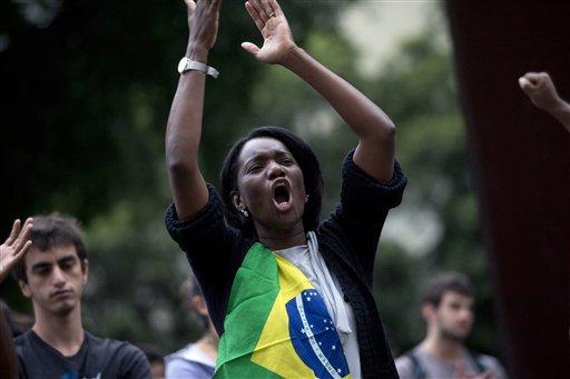 Una mujer grita durante una protesta antigubernamental en Río de Janeiro, Brasil, el jueves 27 de junio de 2013. (AP Foto/Silvia Izquierdo)