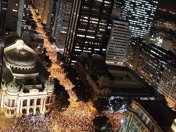 BRA02. RÍO DE JANEIRO (BRASIL), 17/06/2013.- Miles de personas participan en una protesta hoy, lunes 17 de junio, en Río de Janeiro (Brasil). En algunas ciudades de Brasil hubo hoy de nuevo protestas por el alza del precio del transporte público, después de que manifestaciones anteriores acabaran en confrontaciones con la policía. EFE/Marcelo Sayão