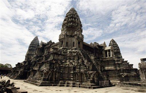 El famoso complejo de templos de Angkor Wat de Camboya, en la provincia de Siem Reap, el 28 de junio de 2012. El hallazgo de una red de avenidas y canales gracias a un escáner láser indica la existencia de una megalópolis que estuvo enlazada con Ankor Wat, se informó el lunes 17 de junio de 2013. (Foto AP/Heng Sinith)
