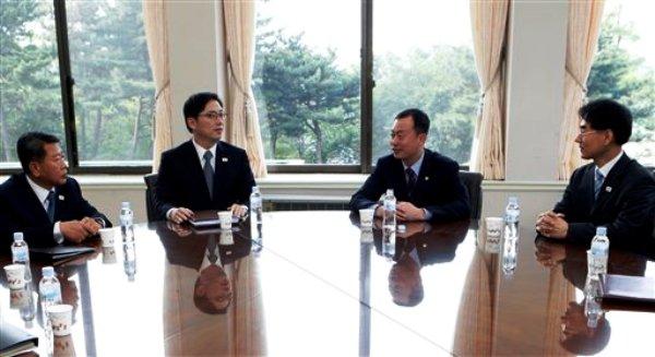 Funcionarios surcoreanos conversan en Seúl antes del viaje de una delegación para conversaciones con Corea del Norte en la aldea del armisticio de Panmunjom, el domingo 9 de junio de 2013. El viceministro surcoreano para la Unificación, Kim Nam-sik, segundo de la derecha, conversa con los delegados para el diálogo preliminar con Corea del Norte. (AP Foto/Lee Jae-Won)