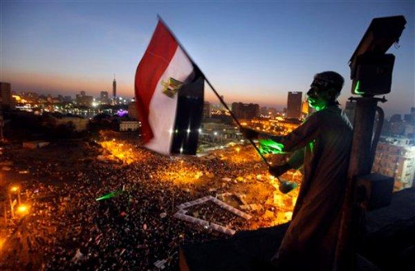 Un manifestante ondea una bandera de Egipto sobre la Plaza de Tharir, epicentro de movilizaciones en El Cairo, donde partidarios del mandatario Mohammed Morsi y opositores han salido a las calles, el viernes 28 de junio de 2013. (AP Foto/Amr Nabil)