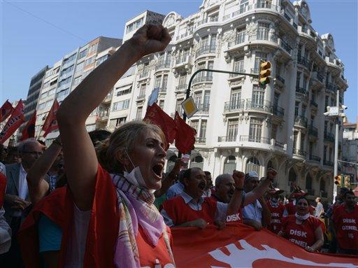 Personas gritan consignas contra el gobierno durante una protesta realizada por sindicatos laborales en Estambul, Turquía, el lunes 17 de junio de 2013. (Foto AP)