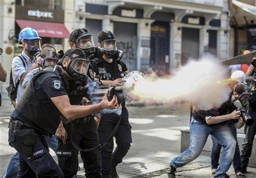 Policías antimotines disparan gas a manifestantes que siguen protestando después de que las autoridades los echaron de un parque en Estambul, Turquía, el domingo 16 de junio de 2013.(Foto AP)