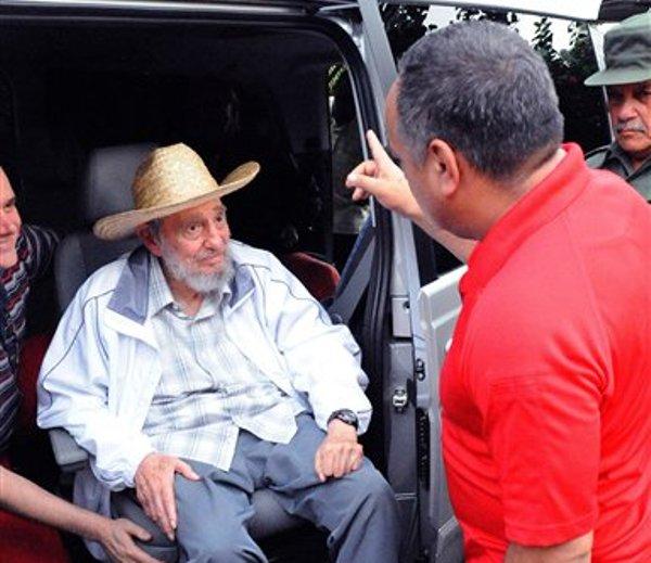 El líder cubano Fidel Castro (izquierda) escucha a Diosdado Cabello, presidente de la Asamblea Nacional de Venezuela, en la Habana, Cuba, el sábado 8 de junio de 2013 en una imagen dada a conocer por el diario estatal cubano Juventud Rebelde. (Foto AP/Juventud Rebelde)