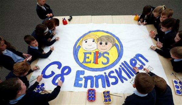 Alumnos de la escuela primaria integrada de Enniskillen, Irlanda del Norte, presentan un proyecto escolar sobre la reunión cumbre del G8 durante una visita del primer ministro británico David Cameron y el presidente estadounidense Barack Obama el 17 de junio del 2013 (AP Foto/Matt Dunham, Pool)