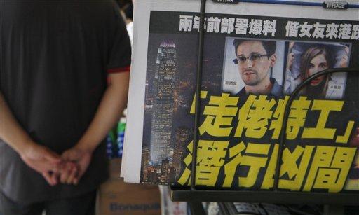 La fotografía de Edward Snowden, ex empleado de la CIA que filtró documentos ultra secretos sobre programas de vigilancia de Estados Unidos, aparece en la portada de un diario en Hong Kong el miércoles 12 de junio de 2013. (Foto AP/Kin Cheung)