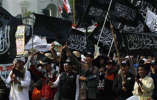 Manifestantes indonesios protestan contra el alza de los precios de los combustibles decretada por el gobierno, en Yakarta, Indonesia, el jueves 20 de junio del 2013. (Foto AP/Achmad Ibrahim)