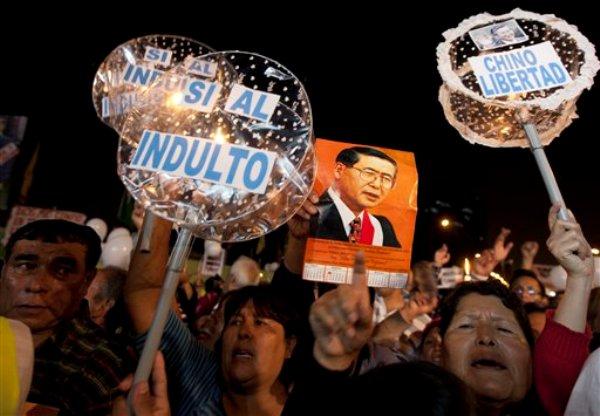 ARCHIVO - Foto de archivo, 14 de dicieembre de 2012, de un acto para pedir el indulto para el ex presidente peruano Alberto Fujimori. El presidente Ollanta Humala le denegó el indulto humanitario el viernes 7 de junio de 2013, por considerar que sus dolencias no eran lo suficientementte graves. (AP Foto/Martin Mejia, File)