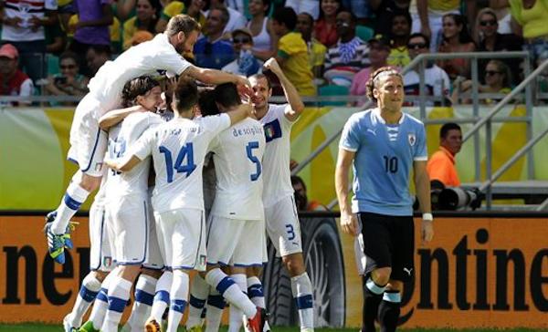 El jugador de Uruguay, Diego Forlán, derecha, camina al lado de los jugadores de Italia que festejan un gol en el partido por el tercer lugar de la Copa Confederaciones el domingo, 30 de junio de 2013, en Salvador, Brasil. AP Photo/Antonio Calanni)