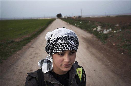 Una integrante de las Unidades Kurdas de Protección Popular vigila desde un puesto de control cerca de Qamishli, Siria, el domingo 3 de marzo de 2013. Aprovechando el caos de la guerra civil, la minoría kurda de Siria se ha forjado una independencia impensable en sus áreas, creando sus propias fuerzas policiales y mostrándose en público con su lengua y cultura. (Foto AP/Manu Brabo, Archivo)