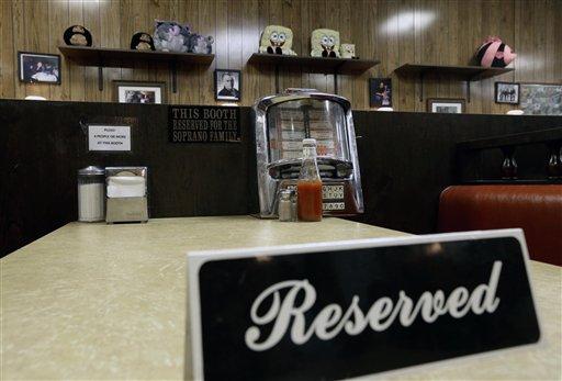 """Un letrero de reservado en la mesa donde se grabó el último programa de la serie de HBO """"Los Soprano"""" en la fuente de sodas Holsten's ice el miércoles 19 de junio de 2013 en Bloomfield, Nueva Jersey. (Foto AP/Julio Cortez)"""