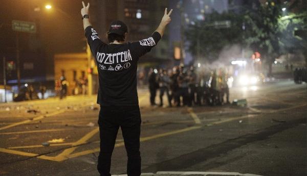 Unas 40 personas fueron detenidas, algunas con bombas incendiarias, cuchillos y marihuana, según la policía. (AP)