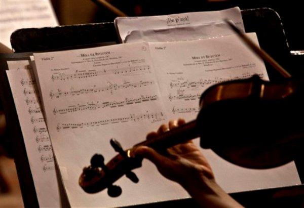 Un violinista ensaya para un concierto en el ex Convento de San Francisco de Asis en La Habana, Cuba, el jueves 20 de junio de 2013. En el concierto en el ex convento convertido en centro cultural se presentaron piezas que no se escuchaban desde el siglo XVIII. (Foto AP/Ramon Espinosa)