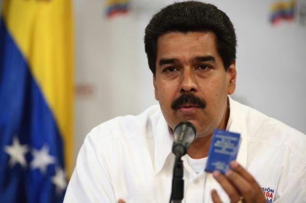 CAR40. CARACAS (VENEZUELA), 05/03/2013.- Fotografía cedida por el Palacio de Miraflores en la que se observa al vicepresidente venezolano Nicolás Maduro durante la reunión político-militar que celebró el Gobierno venezolano hoy, martes 5 de marzo de 2013, en el Palacio de Miraflores en Caracas (Venezuela). Maduro indicó hoy que los enemigos históricos han atacado al presidente venezolano, Hugo Chávez, y señaló que llegará el momento de nombrar una comisión científica que establezca lo ocurrido sugiriendo que su enfermedad podría haber sido inoculada. EFE/Marcelo García/PALACIO DE MIRAFLORES/SOLO USO EDITORIAL/NO VENTAS