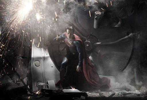 """En esta imagen promocional difundida por Warner Bros. Pictures, Henry Cavill como Superman en una escena de """"El Hombre de Acero"""". La película, dirigida por Zack Snyder, se estrena a nivel mundial el 14 de junio del 2013. (AP Foto/Warner Bros. Pictures, Clay Enos, Archivo)"""
