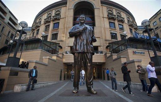 Una estatua de Nelson Mandela se levanta en la Plaza Nelson Mandela en el centro de compras de Sandton City en Johanesburgo, Sudáfrica, el 11 de junio del 2013 (AP Foto/Ben Curtis)