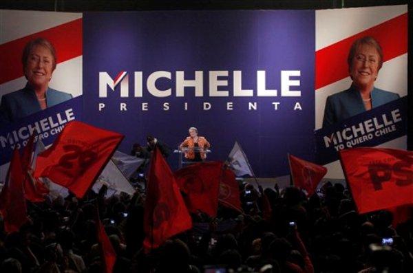 ARCHIVO - Foto de archivo, 13 de abril de 2013, de la ex presidenta chilena Michelle Bachelet al ser desigmnada precandidata presidencial por el Partido Socialista. Las encuestas prevén que Bachelet ganará de lejos la candidatura única de la izquierda en las primarias del domingo 30 de junio de 2013 de cara a las presidenciales de noviembre  (AP Photo/Luis Hidalgo, File)