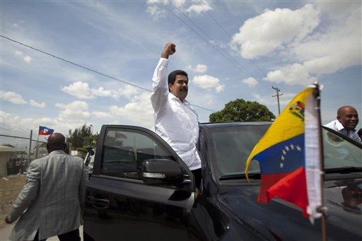 El presidente venezolano Nicolás Maduro, izquierda, saluda a la gente a su arribo a Puerto Príncipe, Haití, 25 de junio de 2013. Maduró será uno de los jefes de estado que asistan a la VIII Cumbre del acuerdo energético Petrocaribe, la que se realizará en Managua a partir del sábado 29 de junio de 2013 para afinar mecanismos de compensación comercial. (AP Foto/Dieu Nalio Chery)