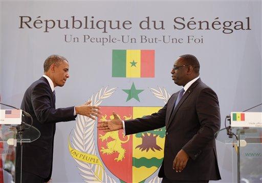 El presidente Barack Obama (izquierda) saluda a su contraparte de Senegal, Macky Sall, tras una conferencia de prensa en el palacio presidencial de Dakar, Senegal, el jueves 27 de junio de 2013. Obama llegó a Senegal el miércoles por la noche en la primera escala de una visita de una semana a tres países africanos. Foto (AP/Rebecca Blackwell)