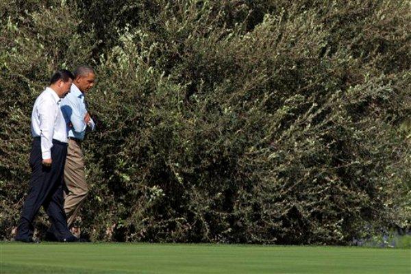 El presidente Barack Obama camina con su colega chino Xi Jinping, en Rancho Mirage, California, el sábado 8 de junio de 2013, durante una visita oficial. (Foto AP/Evan Vucci)