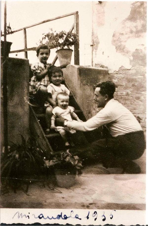 Odoardo Focherini jugando con niños en