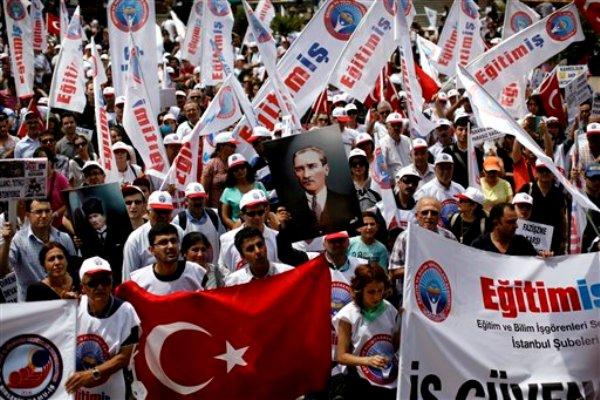 En esta imagen del 5 de junio del 2013 se ve una manifestación en Estambul, Turquía. El 8 de junio, el partido de gobierno del primer ministro Recep Tayyip Erdogan desestimó las protestas, que se han propagado por todo el país, como un intento de la oposición de voltear el gobierno, y rechazó los pedidos de elecciones anticipadas (AP Foto/Kostas Tsironis, Archivo)