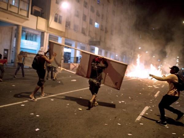 Las protestas alcanzaron su nivel mas alto de violencia la noche de ayer.