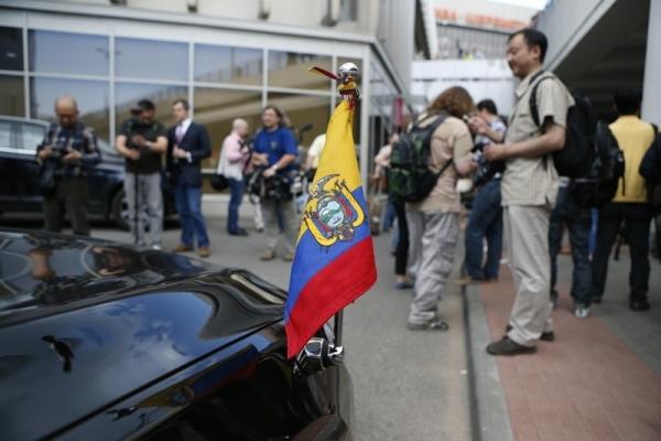 Periodistas-Ecuador-Snowden-Sheremetyevo-AP_LNCIMA20130624_0122_1