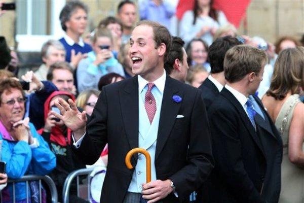 El príncipe Guillermo a la salida del casamiento de su amigo Thomas van Straubenzee con Melissa Percy, hija del duque y la duquesa de Northumberland, en la iglesia de San Miguel, en Alnwick, Inglaterrra, el sábado 22 de junio de 2013. (AP foto/Scott Heppell)
