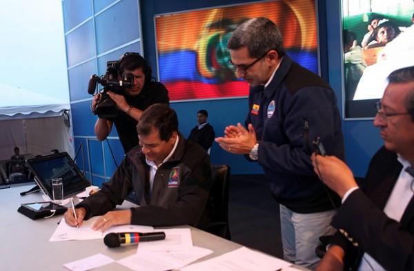 San José de Minas, 21 jun 2013.- El Presidente de la República, Rafael Correa, durante el informe semanal a la ciudadanía, firmó el ejecútese a la Ley de Comunicación. Foto: Miguel Ángel Romero/Presidencia de la República.