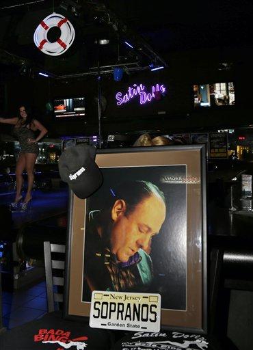"""Un retrato en honor al fallecido actor James Gandolfini en el club Satin Dolls, conocido como Bada Bing Club en la serie de HBO """"Los Soprano"""" en Lodi, Nueva Jersey, el jueves 20 de junio de 2013. Gandolfini fue recordado en las ciudades de Nueva Jersey donde se filmó la serie. (Foto AP/Mel Evans)"""