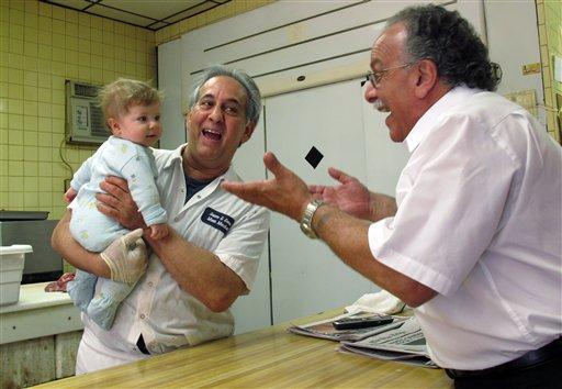 """De izquierda a derecha John Sacco Sr, Jack Russo y Pete Canu en la carnicería Sacco's en Elizabeth, Nueva Jersey, el jueves 20 de junio de 2013. Canu y Sacco recordaron al actor James Gandolfini de la serie """"Los Soprano"""" en Nueva Jersey. (Foto AP/Wayne Parry)"""