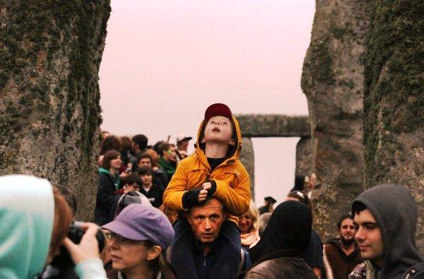Stonehedge niño alzado