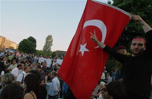 Manifestantes turcos se reúnen para una protesta y foro en la plaza Kizilay en Ankara, Turquía, el martes 25 de junio de 2013. (Foto AP/Burhan Ozbilici)