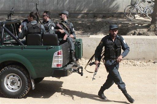 La seguridad nacional afgana llega cerca de la entrada del palacio presidencial en Kabul, Afganistán el martes 25 de junio de 2013. (Foto AP/Rahmat Gul)