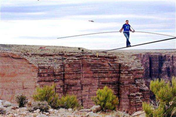 El equilibrista Nik Wallenda cruza en cuerda floja el desfiladero del río Pequeño Colorado en el noreste de Arizona, una distancia de 400 metros (437 yardas), el domingo 23 de junio de 2013. (Fotos AP/Discovery Channel, Tiffany Brown)