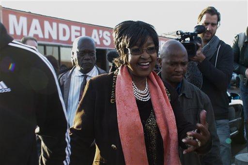 Winnie Madikizela-Mandela llega a hacer declaraciones a la prensa frente a la casa de su ex esposo,  Nelson Mandela, en Soweto, el viernes 28 de junio de 2013. (Foto AP/Markus Schreiber)