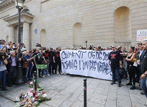 Activistas de izquierda franceses se reunen en el lugar donde Clement Meric, un estudiante de 19 años, fue atacado en París, el jueves 6 de junio de 2013. Meric murió en un hospital por los golpes recibidos durante el ataque de un grupo de cabezas rapadas de extrema derecha en el distrito comercial de la capital parisina. Las autoridades anunciaron el viernes 7 de junio que ocho personas están siendo interrogadas en relación con la muerte del joven. (Foto AP/Jacques Brinon)