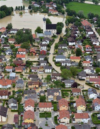 Una fotografía panorámica tomada desde el aire abarca una área inundada de Kolbermoor, cerca de Rosenheim, en el sur de Alemania el lunes 3 de junio del 2013. Lluvias torrenciales provocaron desbordes de ríos en la región de Bavaria y otras áreas de Alemania, Austria y la República Checa. (Foto AP/dpa,Peter Kneffel(