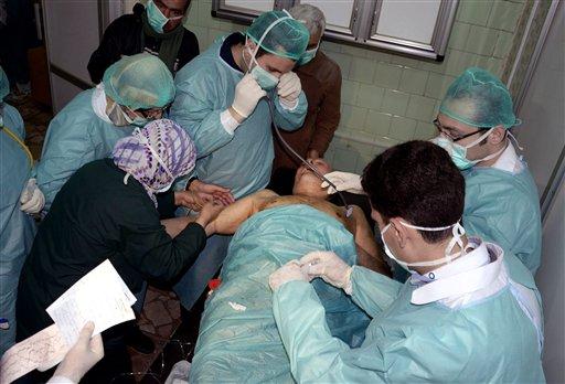 Foto distribuida por la agencia oficial de noticias siria SANA donde se ve a un equipo de médicos atendiendo a una víctima, al parecer, de un ataque químico en la villa de Khan al-Assal, el 19 de marzo de 2013. (Foto AP/SANA, Archivo)