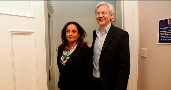 Julian Assange con la embajadora ecuatoriana en Londres, Ana Alban.