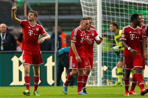 El jugador de Bayern Munich, Thomas Mueller, izquierda, festeja un gol contra Stuttgart en la final de la Copa de Alemania el sábado, 1 de junio de 2013, en Berlín. (AP Photo/Michael Sohn)